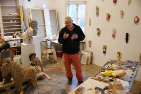 Sverker Eklund stående i sin ateljé, omgiven av sina projekt och alster