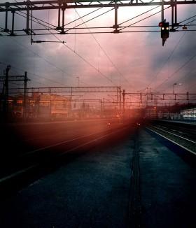 Järnvägsspår i dunkelt ljus