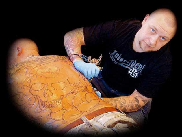 Jonas tatuerar rygg