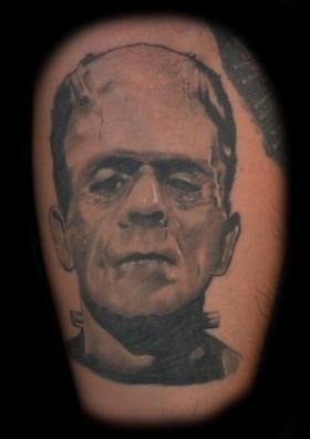 Frankensteins ansikte tatuerat på ben