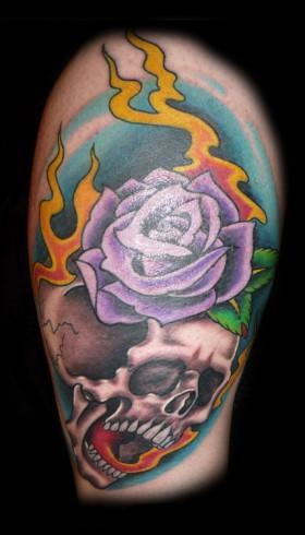 Rosor och skalle tatuerade på ben