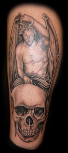 Skalle och demon tatuerade på ben