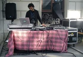 José González i DJ-båset utanför Storan