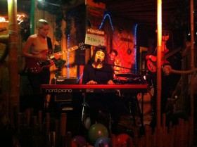 Hannah Smallbone med band.