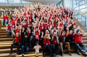Majoriteten av volontärer och arrangörer peppar upp sig själva inför konvents invigning.