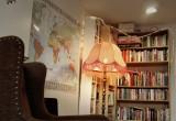 På Simone finns bland annat ett bibliotek, där man gratis kan låna böcker och filmer.