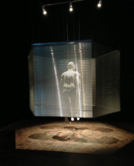 """""""Love explosion"""". Så hette utställningen som jag såg på Konsthallen. Visst, mycket av det som visades var tekniskt coolt, men det var inte mycket som engagerade mig på djupet. Men en skulptur kändes genomtänkt och intressant, det var en figur som delvis var dold bakom ett draperi."""