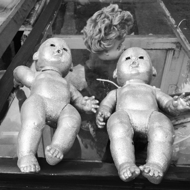 Ytterligare en bild på de lämlästade dockorna.