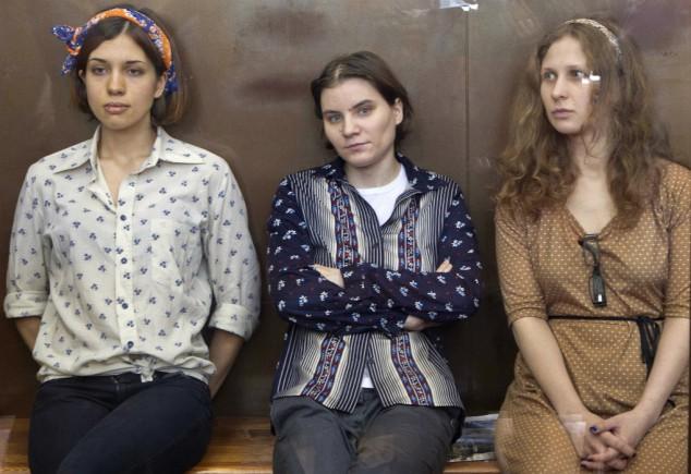 Tre medlemmar i Pussy Riot - Nadja, Masja och Katja - blev världsberömda med sin punkbön mot president Putin i Frälsarkatedralen i Moskva. De greps och dömdes till två års fängelse. Filmaren Mike Lerner följde hela processen och tecknar ett porträtt av de unga kvinnorna. Dokumentären ger också en bild av det samhälle som till varje pris vill stoppa dem.