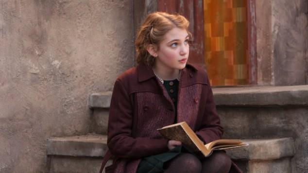 Unga flickan Liesel är huvudpersonen i filmen Boktjuven.
