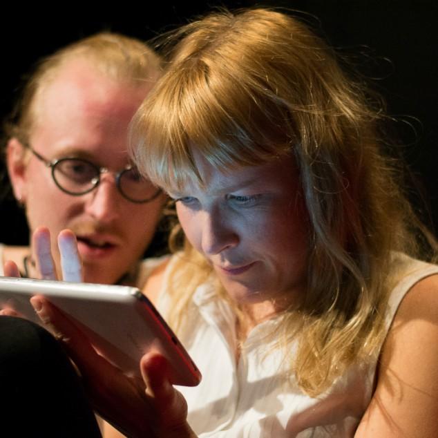 Patrik Svedberg och Hanna Ullerstam gestaltar paret som hamnar i konflikt eftersom de har olika syn på samhällets utveckling.