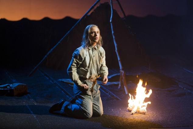 Unge stockholmaren Oskar Nilsson överraskar med en påtaglig konstnärlig mognad i rollen som den olycksdrabbade drömmaren Robert. Han har figurerat i en rad olika musikaliska sammanhang de senaste åren, men teater är en relativt ny erfarenhet för honom.