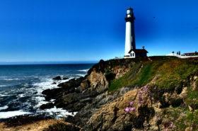 Den vackra fyren som vandrarhemmet Pigeon Point Lighthouse är upkallat efter.