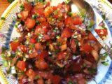 En färsk mexicansk salsa bestående bland annat av tomater, lök, koriander och chili.